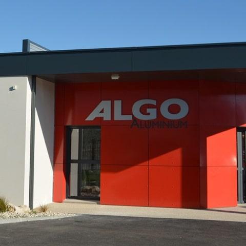 Façade avec logo de l'entreprise Algo Aluminium